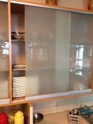 Συρώμενο τζάμι αμμοβολής σε ντουλάπι κουζίνας