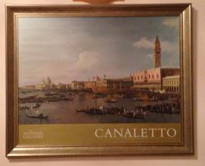 Αφίσα πλαισιωμένη σε ξύλινη κορνίζα με έργο ενός σημαντικού εκπροσώπου της ευρωπαϊκής ζωγραφικής του 18ου αιώνα και του καλλιτεχνικού κινήματος vedutismo (από την ιταλική λέξη veduta = άποψη) στο οποίο πρωταγωνίστησε του Τζοβάνι Αντόνιο Κανάλ, γνωστός ως Καναλέτο (Βενετία, 1697-1768), κατέγραψε με καταπληκτικό ρεαλισμό την καθημερινή ζωή της Γαληνοτάτης, δημιουργώντας πίνακες μεγάλης καλλιτεχνικής αξίας που αποτελούν αναντικατάστατα τεκμήρια για την εικόνα τής πόλης και κυρίως, πράγμα που μας ενδιαφέρει ιδιαίτερα, για την αρχιτεκτονική της. Αυθεντική αφίσα από το την Εθνική Πινακοθήκη του Λονδίνου. 250€